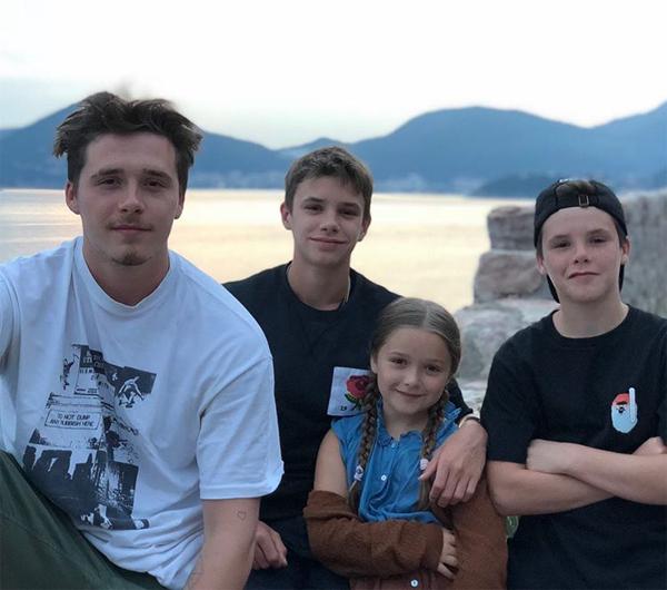 Becks cũng chia sẻ ảnh chụp 4 đứa con cùng tâm sự: Bố vô cùng may mắn và tự hào khi được làm bố của các con. Bố yêu các con rất rất nhiều. Cả Becks và Vic cũng đăng ảnh chụp với bố đi kèm những dòng xúc động tri ân đấng sinh thành.