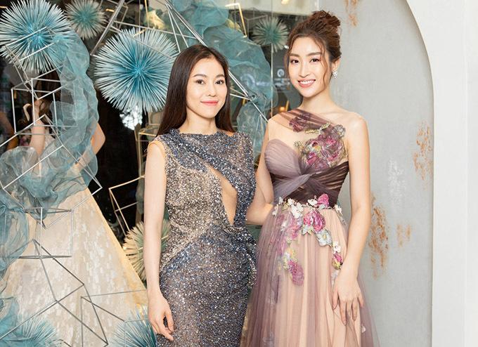 Đỗ Mỹ Linh đến cùng bà trùm hoa hậu Phạm Thị Kim Dung.