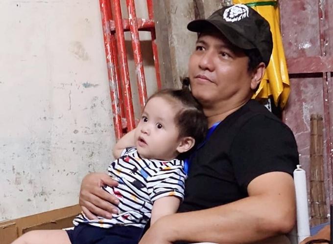 Hôm 21/6, Đức Thịnh bấm máy dự án mới do anh đạo diễn và Charlie Nguyễn sản xuất. Diễn viên - nhà sản xuất Thanh Thúy đưa con trai thứ hai tới trường quay thăm ông xã.