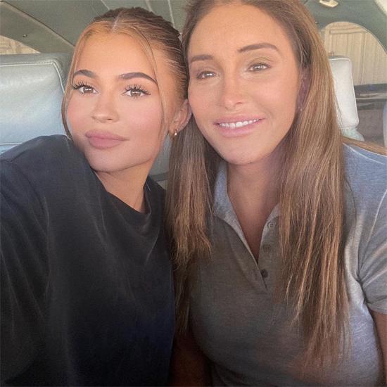 Kylie và bố hiện vẫn rất thân thiết dù gia đình trải qua nhiều biến cố. Bruce Jenner đã phẫu thuật chuyển đổi giới tính vào năm 2015. Kylie ủng hộ bố trở thành phụ nữ, sống thật với giới tính của mình sau hàng chục năm phải giấu kín. Chúc mừng Ngày của Bố. Con yêu bố!, Kylie thổ lộ. Cô và các chị gái vẫn gọi Jenner là bố dù bà đã chuyển giới.