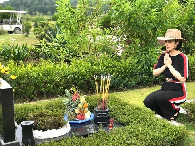 Sau gần một tuần đóng đô ở Cao Bằng, Mai Thu Huyền cùng đoàn phim di chuyển tới Phú Thọ ghi hình. Nhà làm phim viếng mộ bố ruột tại đây, mong ông phù hộ cho êkíp làm việc thuận lợi.