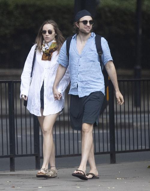 Pattinson hơn bạn gái 7 tuổi. Tài tử Anh gây chú ý suốt năm qua khi được chọn đóng vai Bruce Wayne/ Batman trong bộ phim mới về người Dơi. Mặc dù có nhiều ý kiến tranh cãi, Robert Pattinson tự tin khẳng định rằng anh sẽ hóa thân hoàn hảo vào vai diễn huyền thoại này. Rob đã quay phim từ cuối năm ngoái và sẽ trở lại phim trường Batman khi dịch bệnh qua đi.