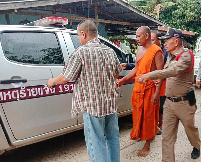 Cảnh sát Buriram, Thái Lan bắt giữ nhà sư Um Deeruenram. Ảnh: Viral Press.