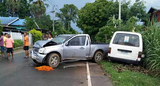Hiện trường xe bán tải của nhà sư UmDeeruenram đâm xe của nạn nhân trước khi giết người. Ảnh: Viral Press.