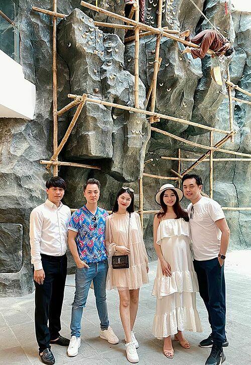 Vợ chồng Đăng Khôi - Thủy Anh và Dương Khắc Linh - Sara Lưu thămquy trình trình khai thác và sơ chế yến sào trong chuyến du lịch ở Nha Trang.