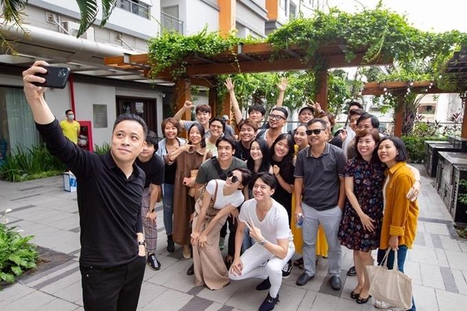 Cùng ngày, đạo diễn Victor Vũ (người cầm máy) khai máy phimThiên thần hộ mệnh.