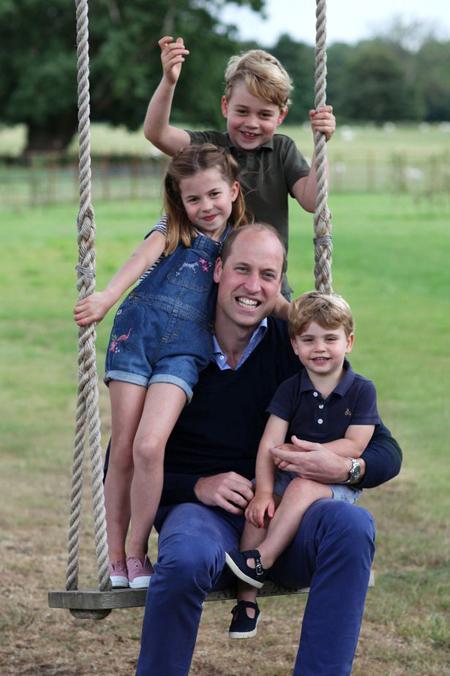 Ba con cười tươi khi cùng bố WIlliam chơi xích đu. Ảnh: Kensington Palace.