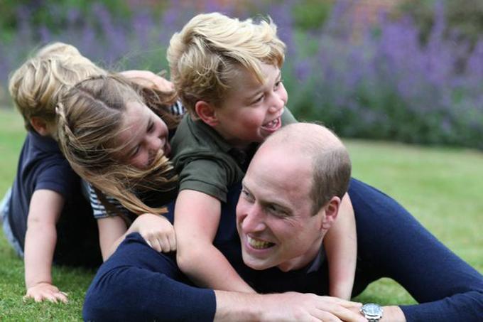 William chơi trò cưỡi ngựa với ba con nhỏ. Ảnh: Kensington Palace.