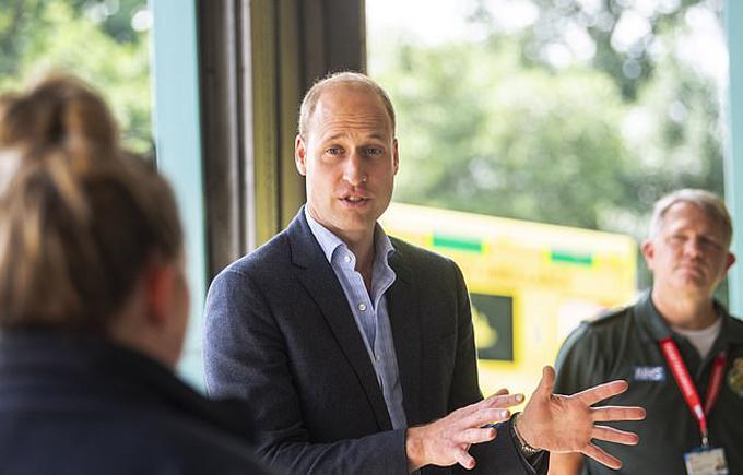 Hoàng tử William thăm trạm xe cứu thương ở Lynn, Bệnh viện Queen Elizabeth, hôm 16/6. Ảnh: PA.