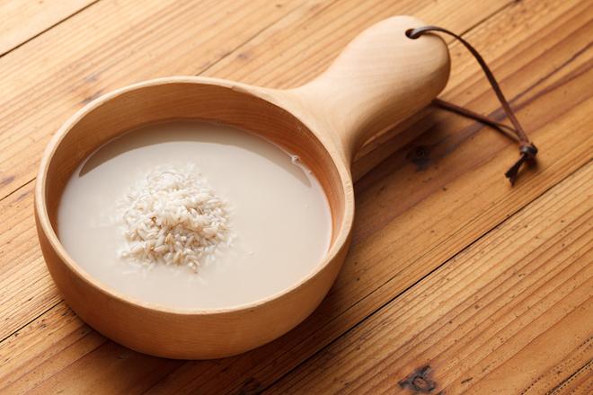 Nước vo gạo Dùng nước vo gạo để làm sạch và dưỡng trắng da là phương pháp làm đẹp có từ thời xa xưa. Nước vo gạo được tin rằng có tác dụng làm sáng da và chống các tác nhân gây viêm nhiễm. Ngoài ra, một số người cho rằng phương pháp này có thể giúp tăng độ săn chắc cho da.