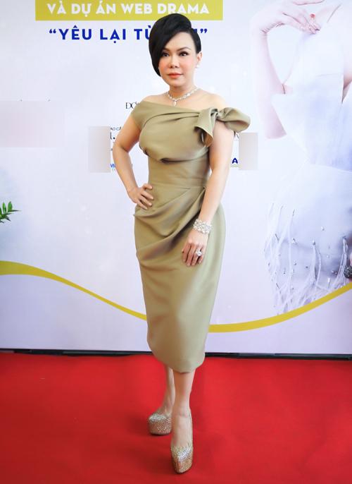 Việt Hương khoe vai trần và kiểu tóc ấn tượng trong buổi họp báo công bố cô là gương mặt đại diện của một bệnh viên thẩm mỹ và ra mắt web-drama Yêu lại từ đầu, chiều 22/6.