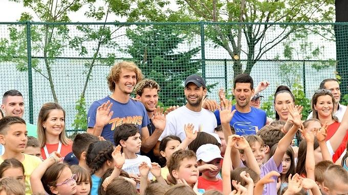 Djokovic, Dimitrov và nhiều tay vợt khác trong một buổi giao lưu tại Adria Tour vừa qua. Ảnh: Sky Sport.