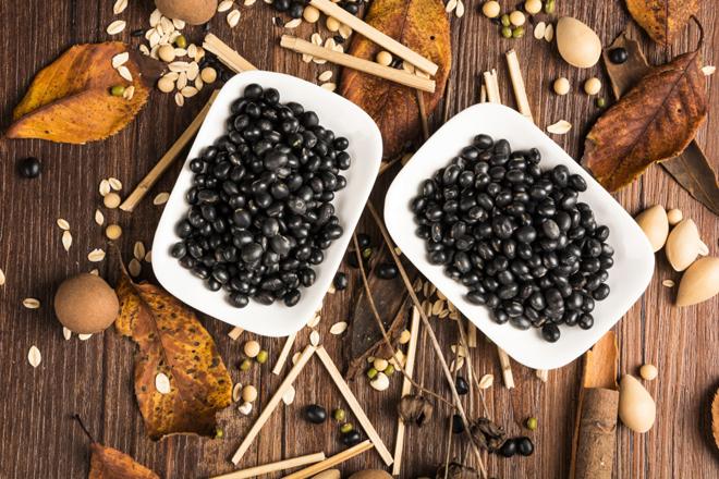 Hà thủ ôHà thủ ô được ứng dụng nhiều trong y học cổ truyền Trung Quốc từ năm 800 sau Công nguyên. Nghiên cứu cho thấy chất alkaloid có trong hà thủ ô có tác dụng giải độc cho cơ thể, giúp làm đẹp da và tóc.