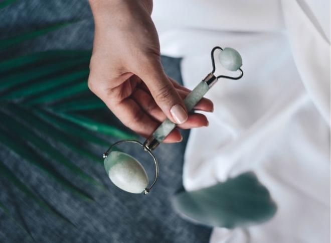 Thanh lăn ngọc bíchRất nhiều phân cảnh trong phim cổ trang Trung Hoa tái hiện hình ảnh các mỹ nhân sử dụng thanh lăn ngọc bích để làm đẹp da. Dùng thanh lăn ngọc bích mát xa giúp tăng cường lưu thông máu, thúc đẩy quá trình tự phục hồi, giúp da hồng hào và căng mịn.