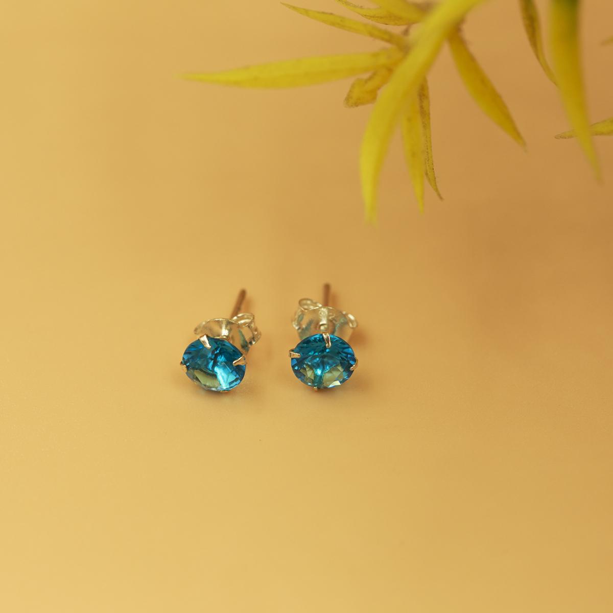 Hoa tai nụ đá xanh biển Opal - E3 giá 350.000 đồng; chất liệu bạc 295 phối đá màu tạo điểm nhấn trên đôi tai người đeo.