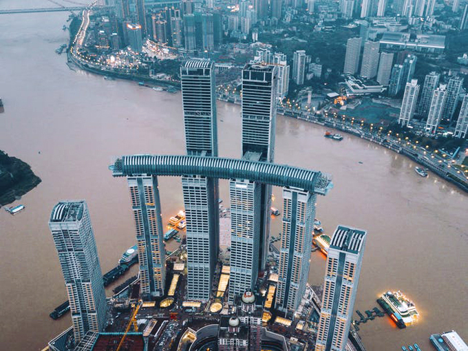 Tòa nhà nằm ngang treo ở độ cao 250 m