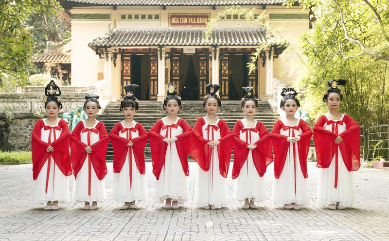 Học sinh tiểu học múa Song Diện Yến Tuân
