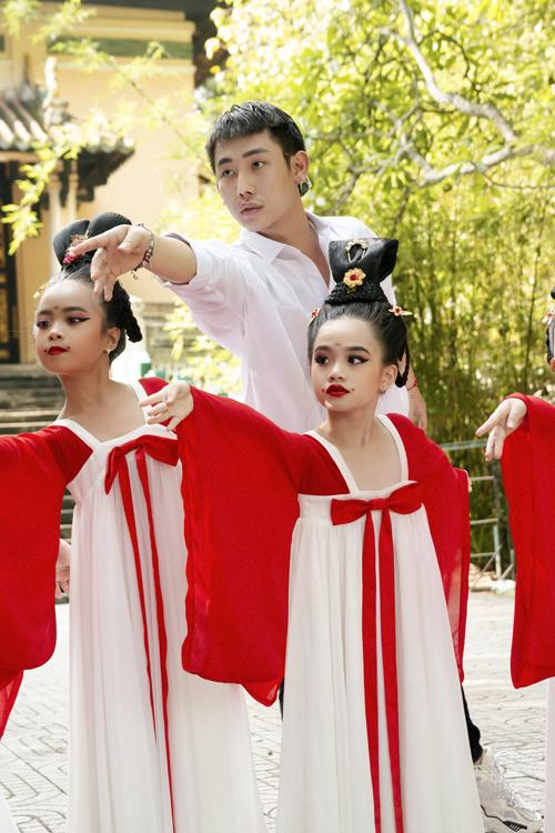 Học sinh tiểu học múa Song Diện Yến Tuân - 8