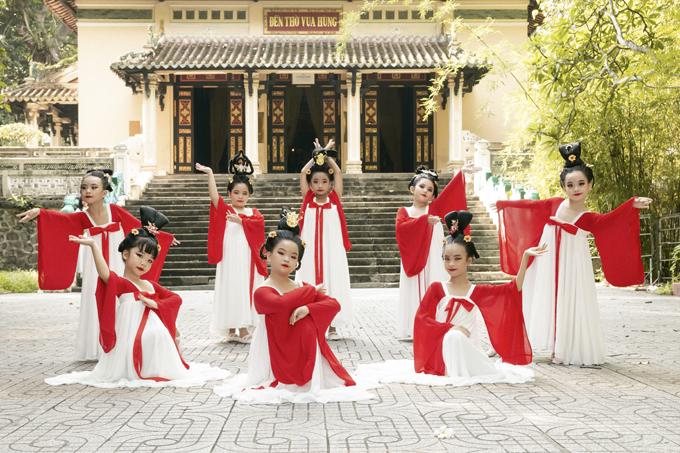 Học sinh tiểu học múa Song Diện Yến Tuân - 12