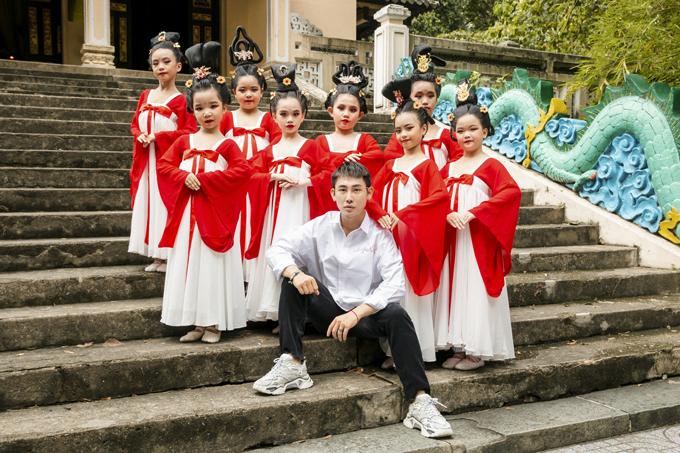 Học sinh tiểu học múa Song Diện Yến Tuân - 2