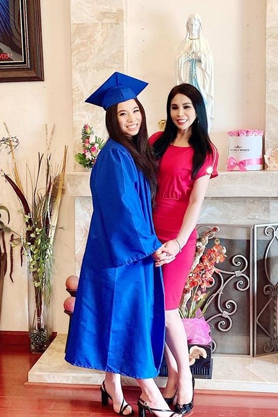 Mới đây, Princess Lam - con gái của diễn viên Lý Hương - vừa tốt nghiệp cấp ba và được mẹ chúc mừng bằng hoa, bánh kem. Trong mắt nữ diễn viên,con gái rất bản lĩnh, tự tin, sống tình cảm và chăm chỉ học tập. Điều đó khiến nữ diễn viênvà ông bà ngoại hạnh phúc, tự hào.
