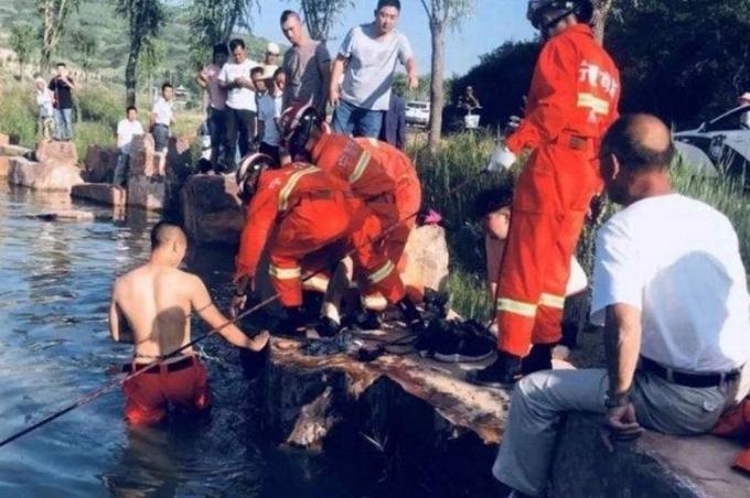 Nhân viên cứu hộ Trùng Khánh mò tìm xác của những học sinh đuối nước hôm 21/6. Ảnh: Twitter.
