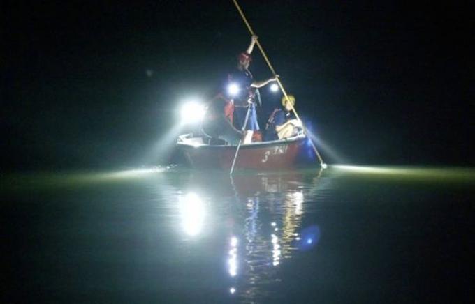Lực lượng cứu hộ bơi thuyền trên sông Phù Giang để tìm các học sinh bị chết đuối xuyên đêm 21/6, rạng sáng 22/6. Ảnh: Twitter.