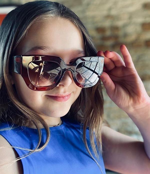 Harper lấy kính của mẹ làm điệu. Ảnh: Instagram.