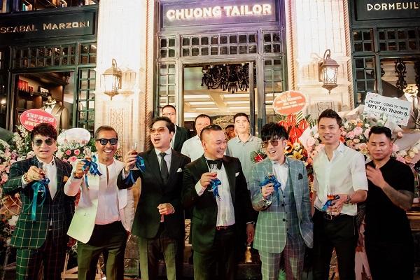 Có mối quan hệ thân thiết với ông trùm thời trang nam Chương Tailor, ca sĩ Quang Hà có mặt tại sự kiện từ sớm để cắt băng khánh thành và chúc mừng người bạn của mình.