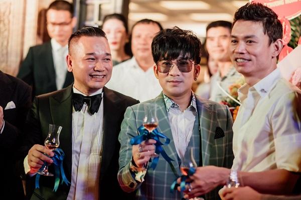 Ca sĩ Quang Hà được đông đảo người hâm mộ biết đến với những bản hit như Ngỡ, Trăm năm không quên...