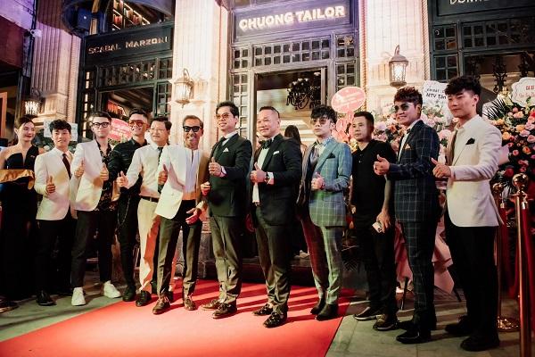 Tổ chức lễ kỷ niệm tại showroom tại 28 Cửa Bắc, một tổ hợp tòa nhà cólối kiến trúc châu Âu hiện đại, ca sĩ Quang Hà cùng thương hiệu vest nam cao cấp Chương Tailor đã thu hút đượcđông đảo giới mộ điệu.