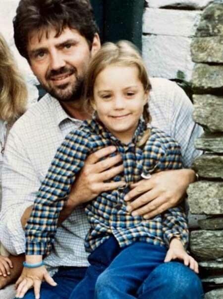 Kate được bố bế ngồi trên chân trong bức ảnh vừa được cô chia sẻ nhân Ngày của Cha 21/6. Ảnh: Instagram.
