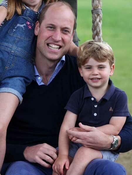 Louis ngồi trên chân bố William trong bức ảnh mừng sinh nhật 38 tuổi của anh do Kate chụp. Ảnh: PA.