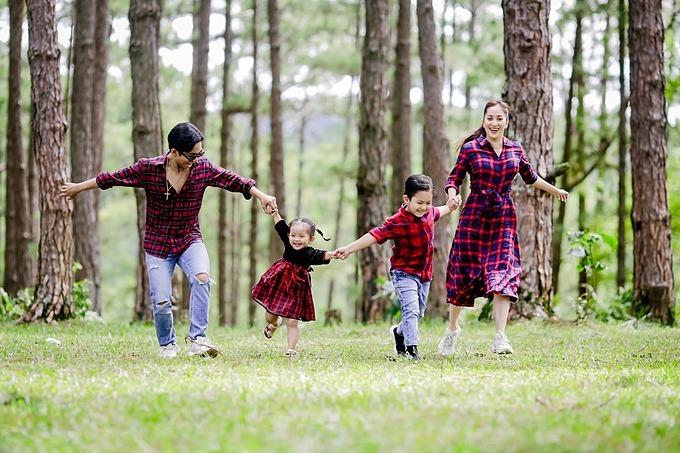 Khánh Thi mượn lời hai con chúc mừng sinh nhật ông xã Phan Hiển: Chúc mừng sinh nhật ba Hiển.Với thế giới này, ba chỉ là một người ba... nhưng với gia đình mình, ba là cả thế giới của BiNa.