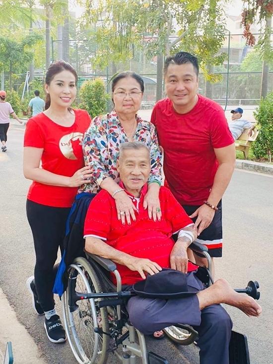 Cả Lý Hương và anh trai Lý Hùng (phải) hiện đều độc thân. Họ muốn dành thời gian bên bố mẹ thay vì quan tâm tình yêu nam nữ.