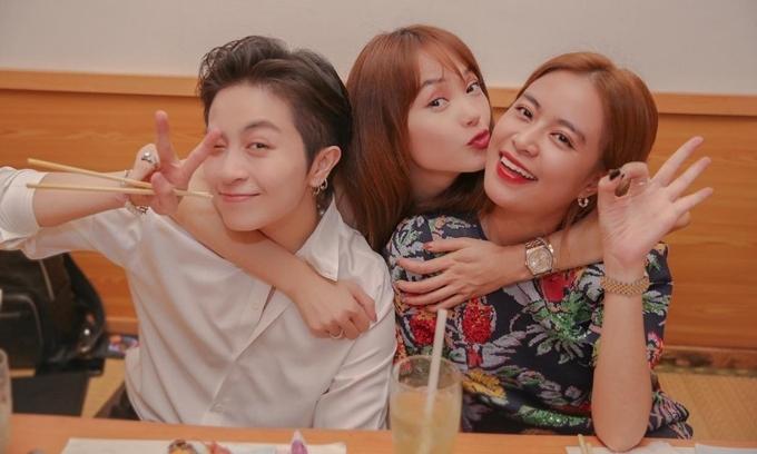MC - ca sĩ Gil Lê (bìa trái) và ca sĩ Hoàng Thùy Linh tới chúc mừng Minh Hằng đón tuổi mới. Ba người ở trong nhóm bạn thân, thường xuyên tụ tập ăn uống và thỉnh thoảng cùng đi du lịch.