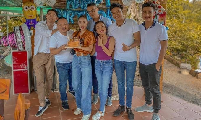 Một nhóm bạn rủ Minh Hằng đi xem đất để đầu tư và làm tiệc sinh nhật cho cô.