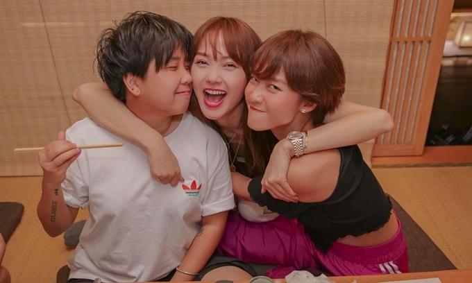 Diễn viên Khả Ngân (bìa phải) cùng người quản lý tham dự bữa tiệc của Minh Hằng.
