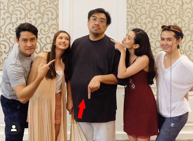 Đạo diễn Chaninthorn Prasertprasart (giữa) bên các nghệ sĩ.