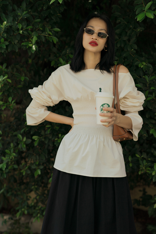 Set đồ mùa hè với áo lệch vai, nhún eo và chân váy midi tiện dụng, dễ mix-match với nhiều trang phục.