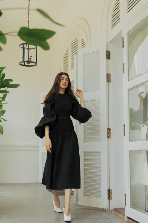 Sửu dụng tông đen dễ khiến người mặc đứng tuổi. Tuy nhiên nhà mốt Việt khéo sử dụng các kiểu đầm chun eo, tay bồng để tăng sự duyên dáng và khiến người mặc vẫn có được nét trẻ trung.