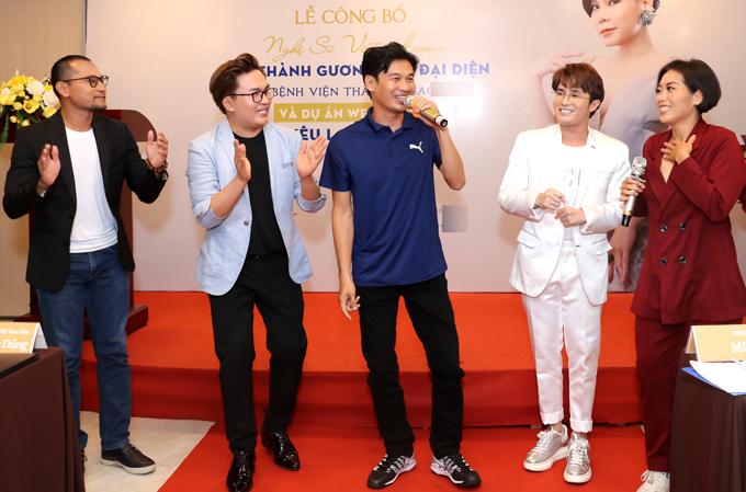 Diễn viên hài Tiết Cương (thứ ba từ trái qua) cũng tham gia dự án mới của bạn thân.