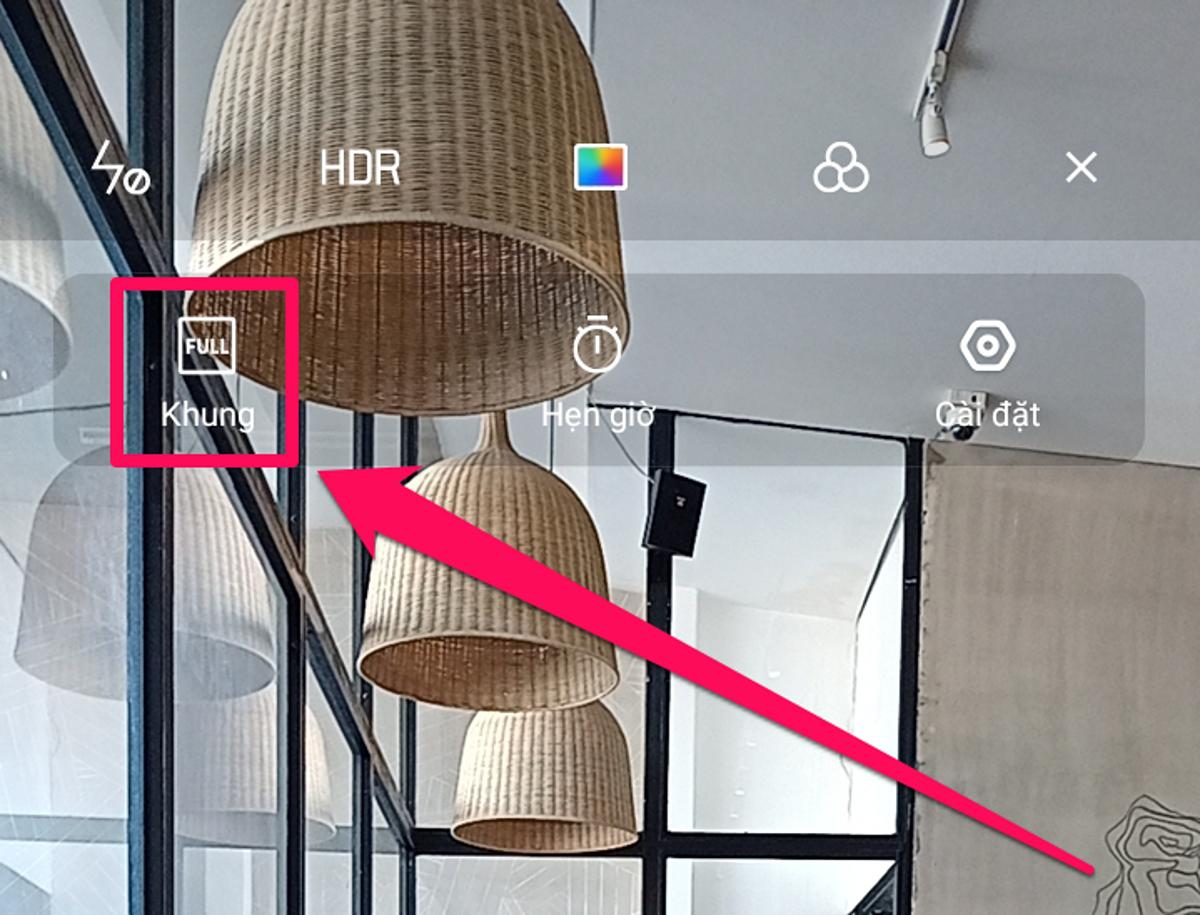 Chụp ảnh phong cách tràn màn hình: Trải nghiệm nội dung trên smartphone có màn hình 6,5 inch tràn viền như Realme 6i tạo sự ấn tượng mạnhcho người dùng. Ngoài việc xem video, ảnh trên YouTube hay Tik Tok, Instagram, các bạntrẻcó thể sử dụngchụp ảnh full màn hìnhvới tùy chọn khung hình trên mẫu máy mới từ Realme. Trong giao diện ứng dụng chụp ảnh, bạn chọn biểu tượng 3 dấu gạch ngang nằm ở góc bên phải cạnh trên, tại đây, bạncó thêm các tùy chọn như chụp hẹn giờ, cài đặt và tùy chọn về khung hình chụp. Bạn chỉ cầnnhấn chọn đếnchế độ chụp full màn hình là xong.