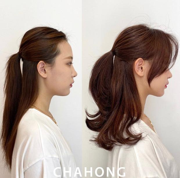 Kiểu tóc buộc nửa đầu sẽ bớt đơn điệu khi đuôi tóc được uốn xoăn nhẹ nhàng. Thả hai lọn tóc mái xuống ôm lấy khuôn mặt để tăng vẻ điệu đà.