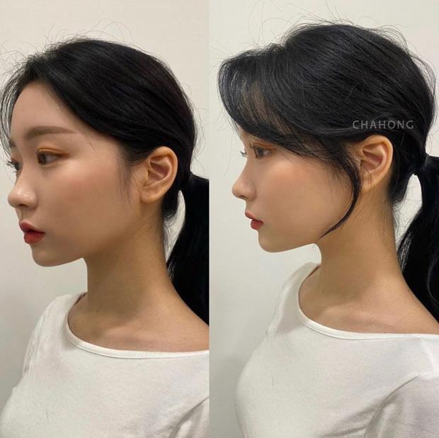Lọn tóc mai ôm lấy khuôn mặt tăng thêm vẻ nữ tính.