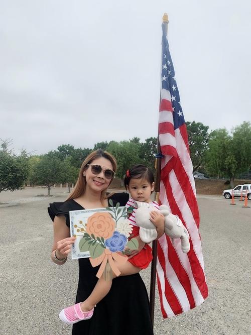 Thanh Thảo và con gái tại cơ quan hành chính của bang California.