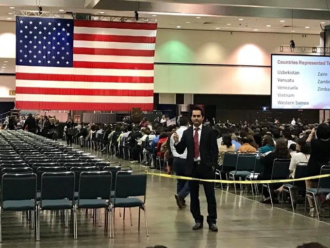 Đức Tiến nhận quốc tịch Mỹ tại trung tâm hội nghịLos Angeles.