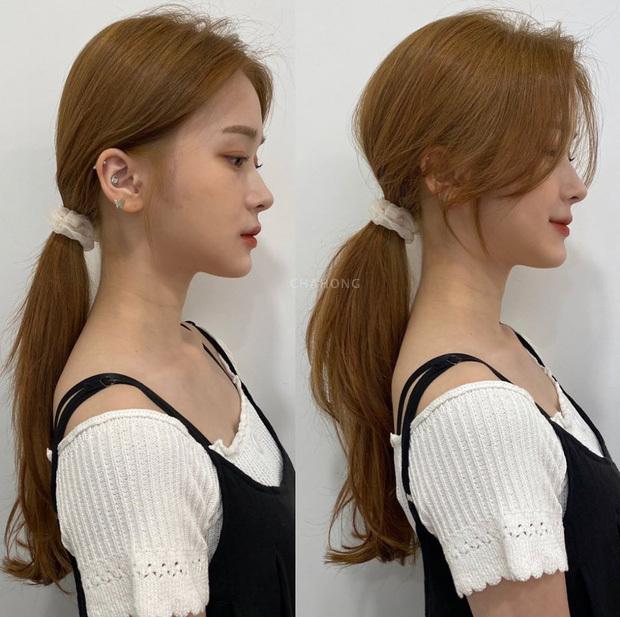 Với kiểu tóc buộc thấp, bạn không nên buộc quá chặt mà nên nới lỏng phần chân tóc.