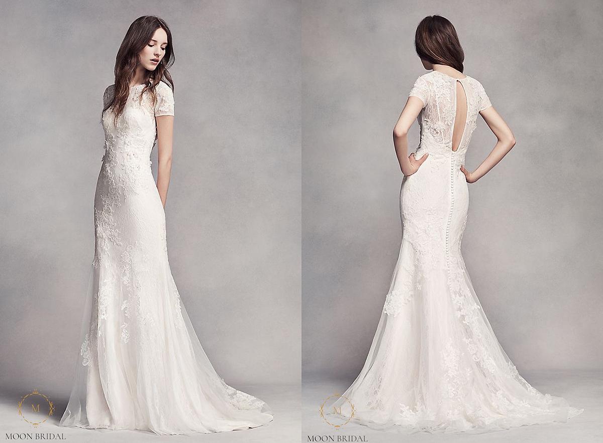 Tuy đơn giản nhưng mẫu váy ôm sát cơ thểcủa Vera Wang vẫn được nhiều cô dâu lựa chọn bởithiết kế tinh tế trên nền vải ren cao cấp, được đặt riêng cho hãng. Phần lưng hờ hững làm cho chiếc váy thêm độc đáo vàcuốn hút người nhìn từ trước ra sau.