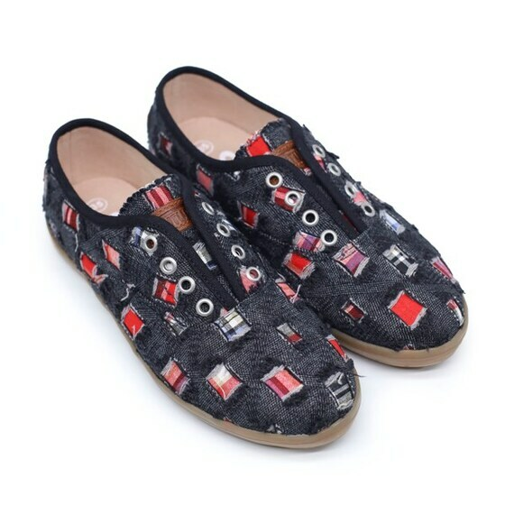 Giày sneaker nữ Sutumi O002 - đen nhạt giá 450.000 đồng; kích thước 35, 36, 37, 38, 39, 40; kiểu cột dây cổ thấp dễ tháo cởi và thoải mái; chất liệu mặt ngoài bằng vải, lót trong bằng EVA êm ái, đế cao su. Sản phẩm thiết kế ôm chân, đế nhẹ, bám tốt, chịu mài mòn cao; dễ phối với mọi trang phục tạo phong cách khỏe khoắn.